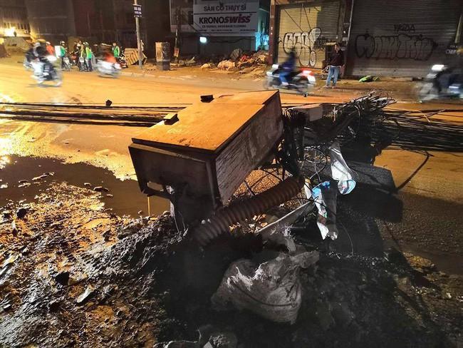 Kinh hoàng xe bồn kéo đổ hàng loạt cột điện rồi bỏ chạy, khiến nhiều hộ dân mất điện-1