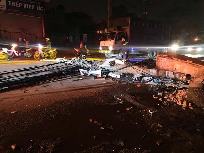 Kinh hoàng xe bồn kéo đổ hàng loạt cột điện rồi bỏ chạy, khiến nhiều hộ dân mất điện-2