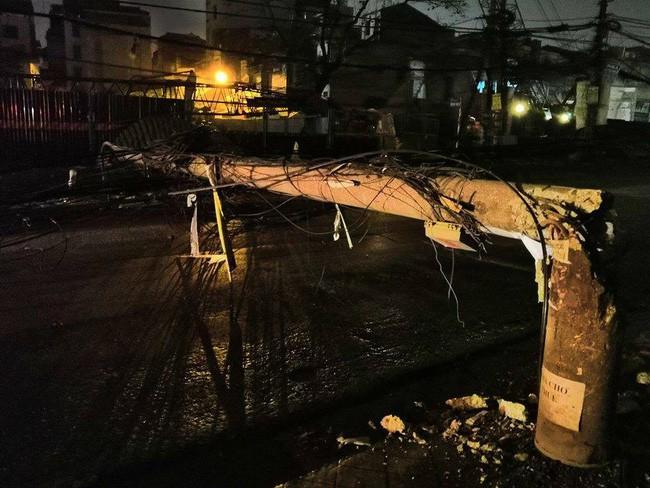 Kinh hoàng xe bồn kéo đổ hàng loạt cột điện rồi bỏ chạy, khiến nhiều hộ dân mất điện-4