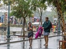 Thấy người đàn ông Việt co ro giữa mưa lạnh, chàng trai ngoại quốc đuổi theo và có hành động