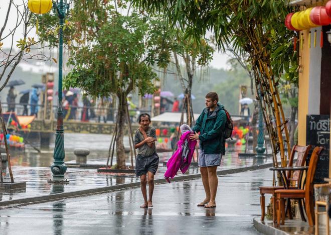 Thấy người đàn ông Việt co ro giữa mưa lạnh, chàng trai ngoại quốc đuổi theo và có hành động nghìn like-4