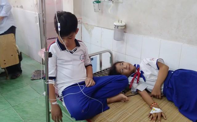 Hàng chục học sinh tiểu học bị ngộ độc nghi do nước súc miệng Fluor-1