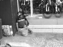 Câu chuyện sau bức ảnh hai đứa trẻ lem luốc, ôm nhau ngủ trên vỉa hè giáp Tết làm trái tim người mẹ nhói đau