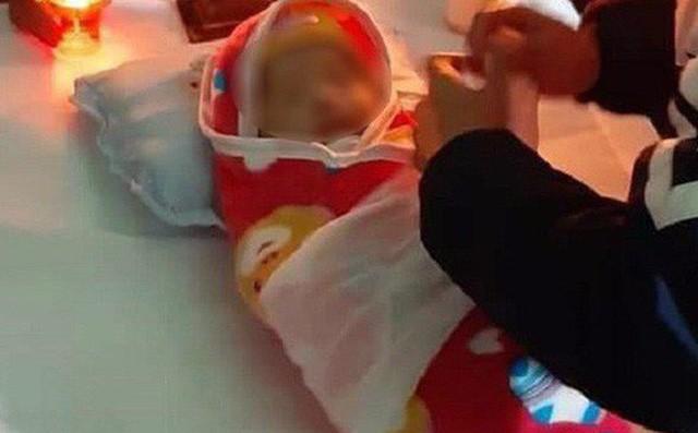 Chưa phát hiện sai sót trong quá trình tiêm vắc xin khiến bé 2 tuổi ở Hà Nội tử vong-2