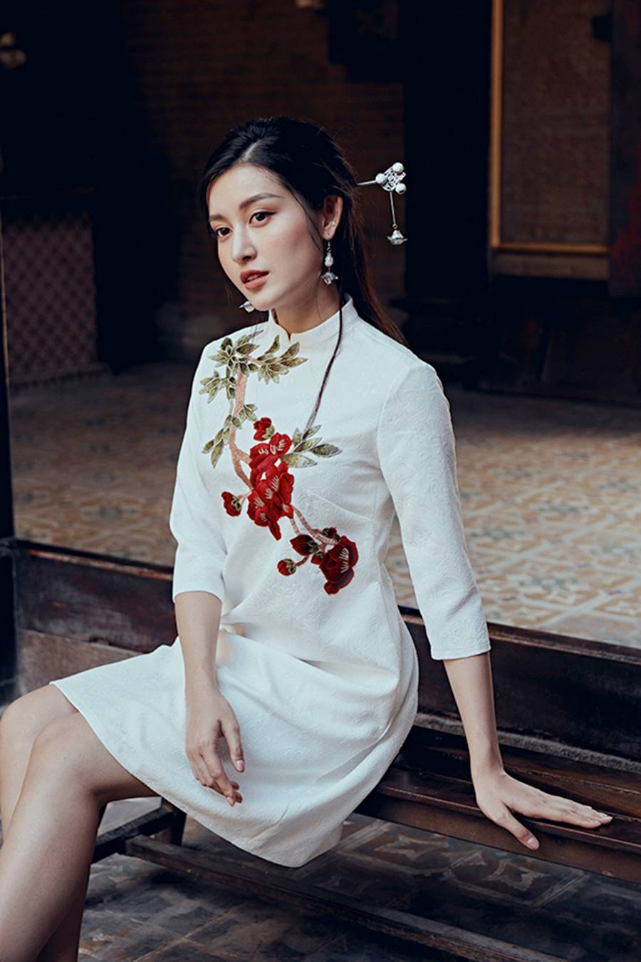 Á hậu Huyền My khác lạ trong bộ ảnh áo dài đón Tết-1