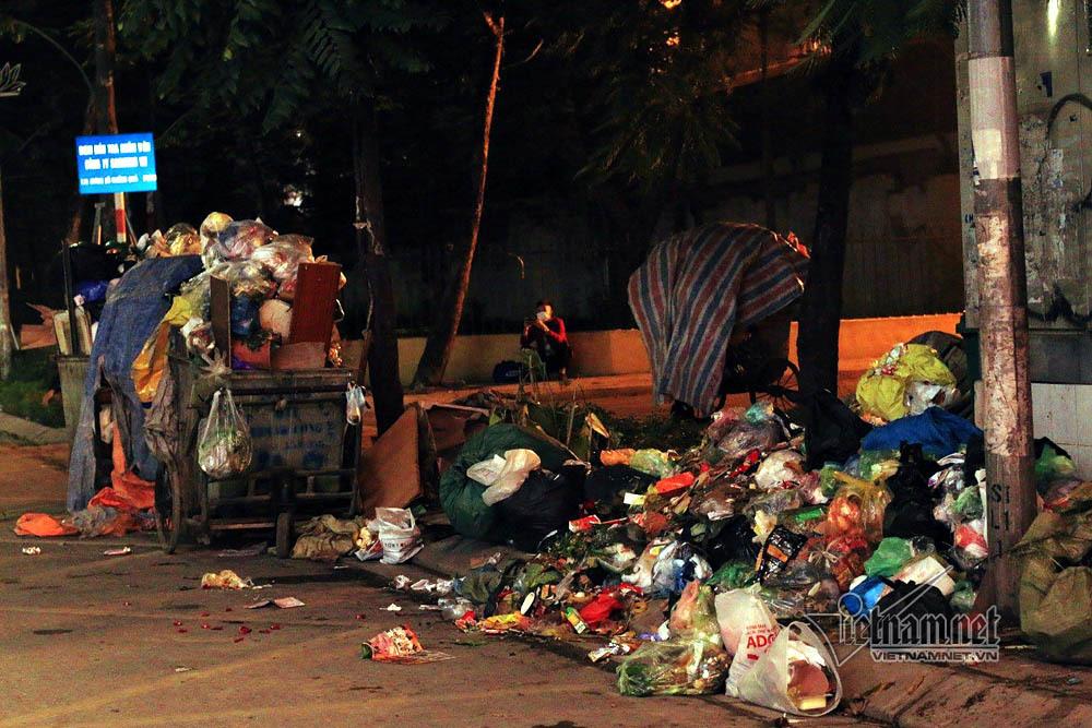 Sự cố ở Thủ đô: 3 ngày không đổ rác, phế thải tràn lòng đường, ngõ phố-19
