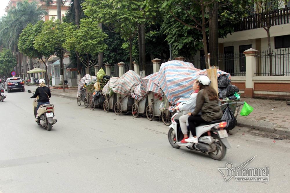 Sự cố ở Thủ đô: 3 ngày không đổ rác, phế thải tràn lòng đường, ngõ phố-10