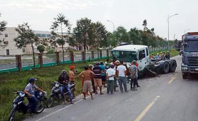 Ô tô chở hiệu trưởng bị xe container tông gần cổng trường-1