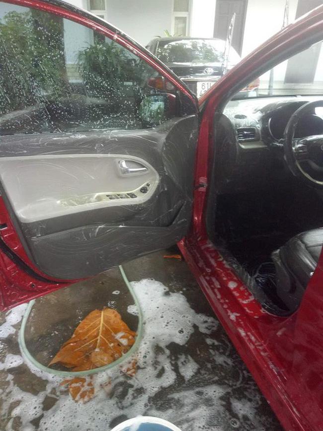 Cô vợ sạch sẽ nhất năm: Chà xà phòng vào vô lăng, cần số để rửa ô tô cho chồng-1
