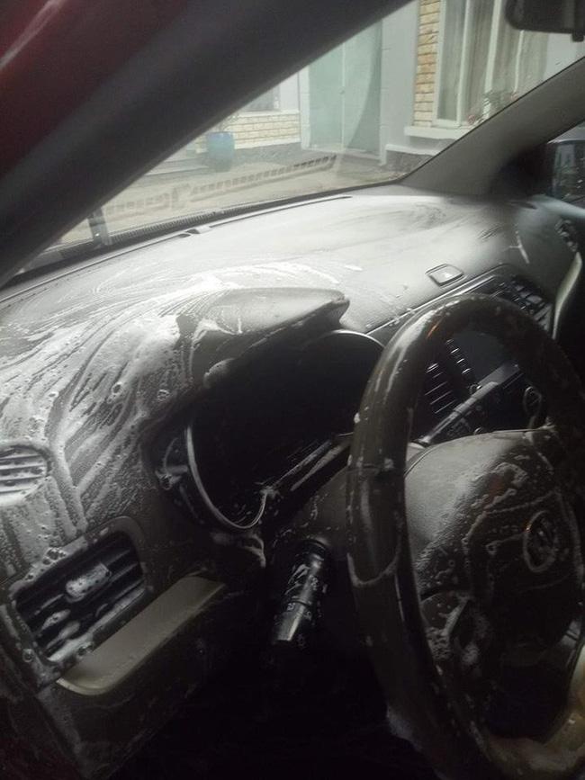 Cô vợ sạch sẽ nhất năm: Chà xà phòng vào vô lăng, cần số để rửa ô tô cho chồng-2