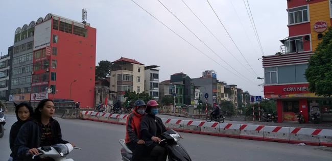 Hà Nội: Giải cứu bé gái 4 tuổi bị người đàn ông ngáo đá khống chế đi dọc phố Kim Đồng-1