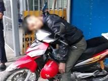 Hé lộ nguyên nhân nam thanh niên tử vong trong tư thế ngồi trên xe máy