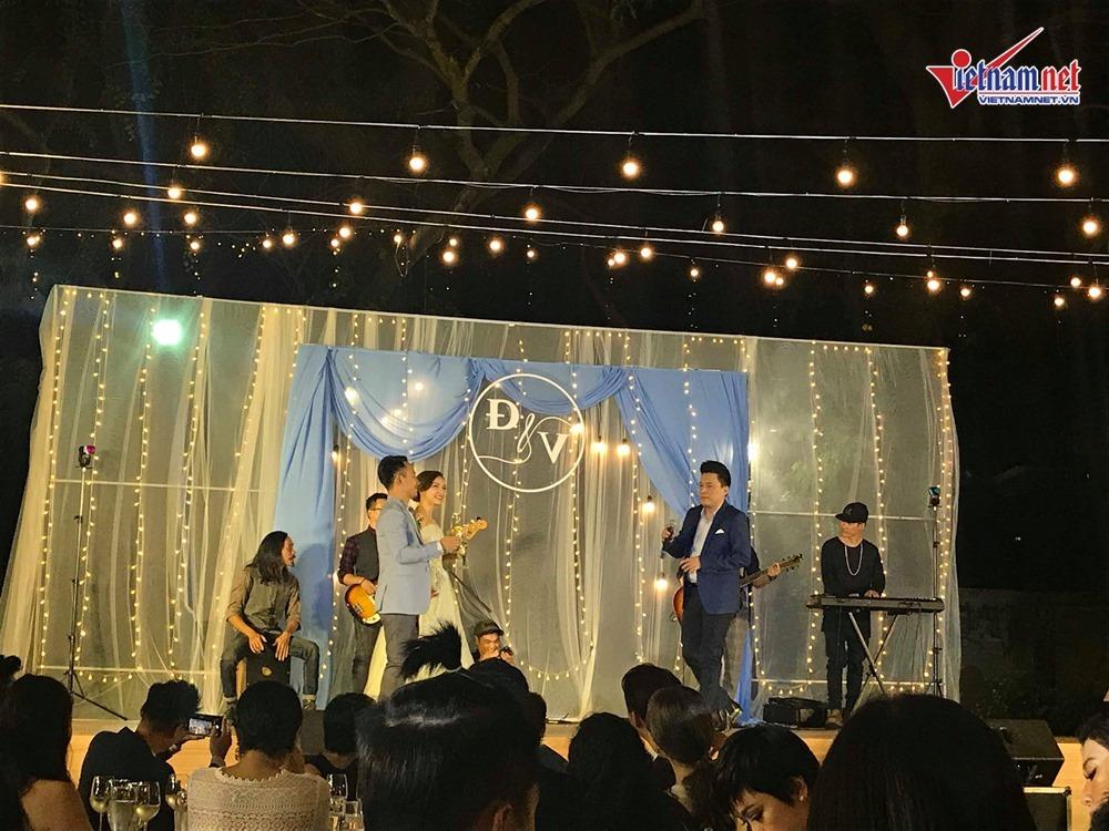 Đinh Tiến Đạt hát và khiêu vũ cùng vợ 9X trong đám cưới ngoài trời-7