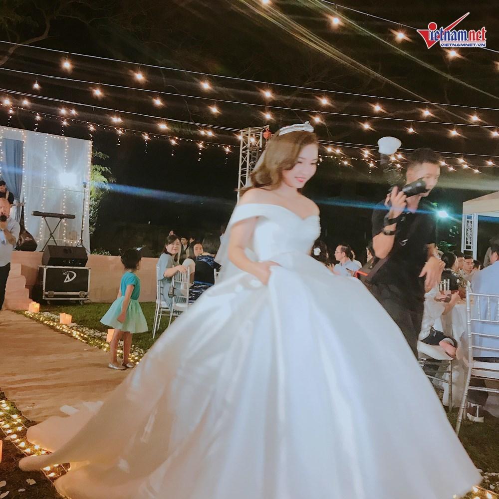 Đinh Tiến Đạt hát và khiêu vũ cùng vợ 9X trong đám cưới ngoài trời-3