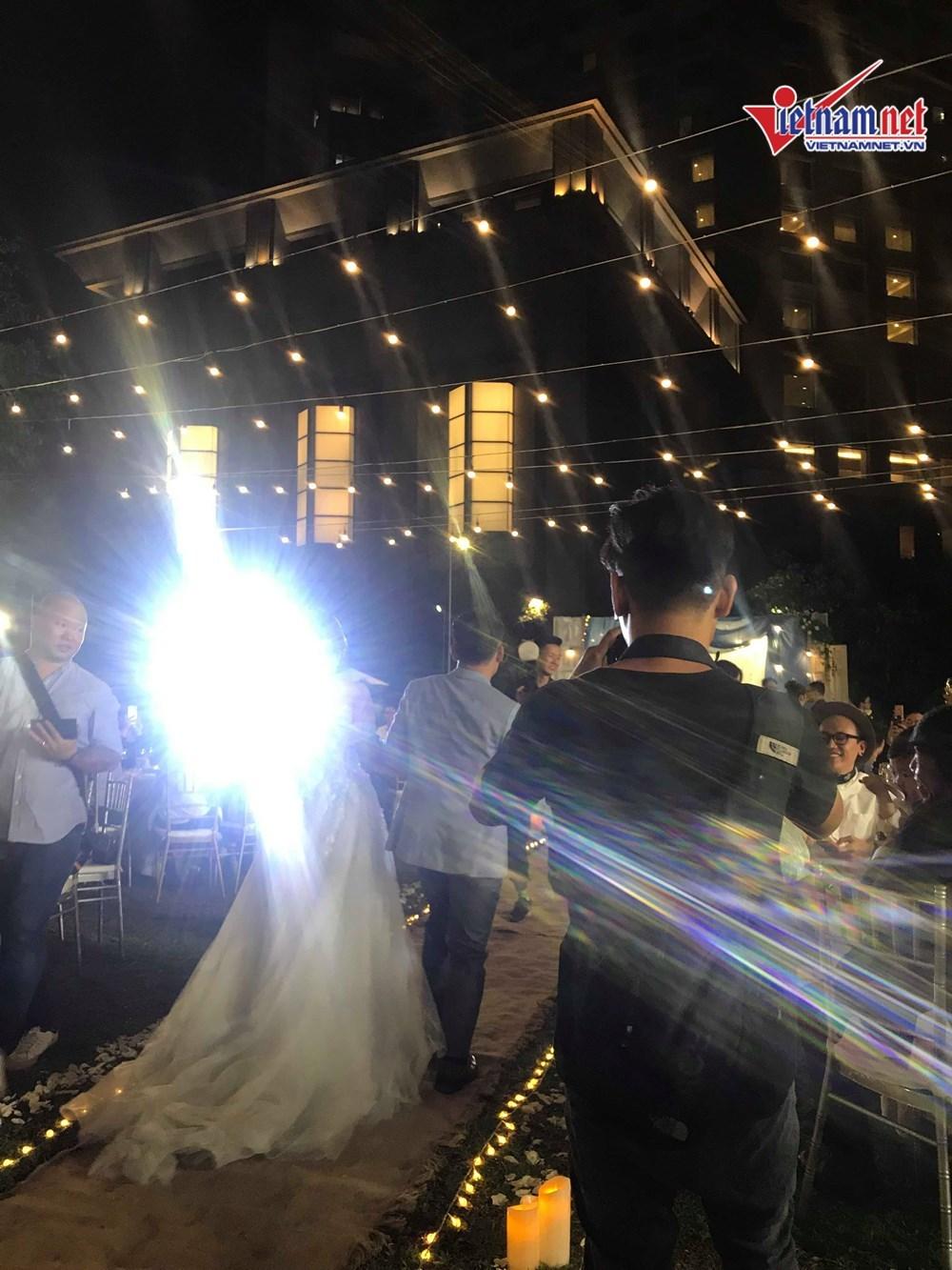 Đinh Tiến Đạt hát và khiêu vũ cùng vợ 9X trong đám cưới ngoài trời-2