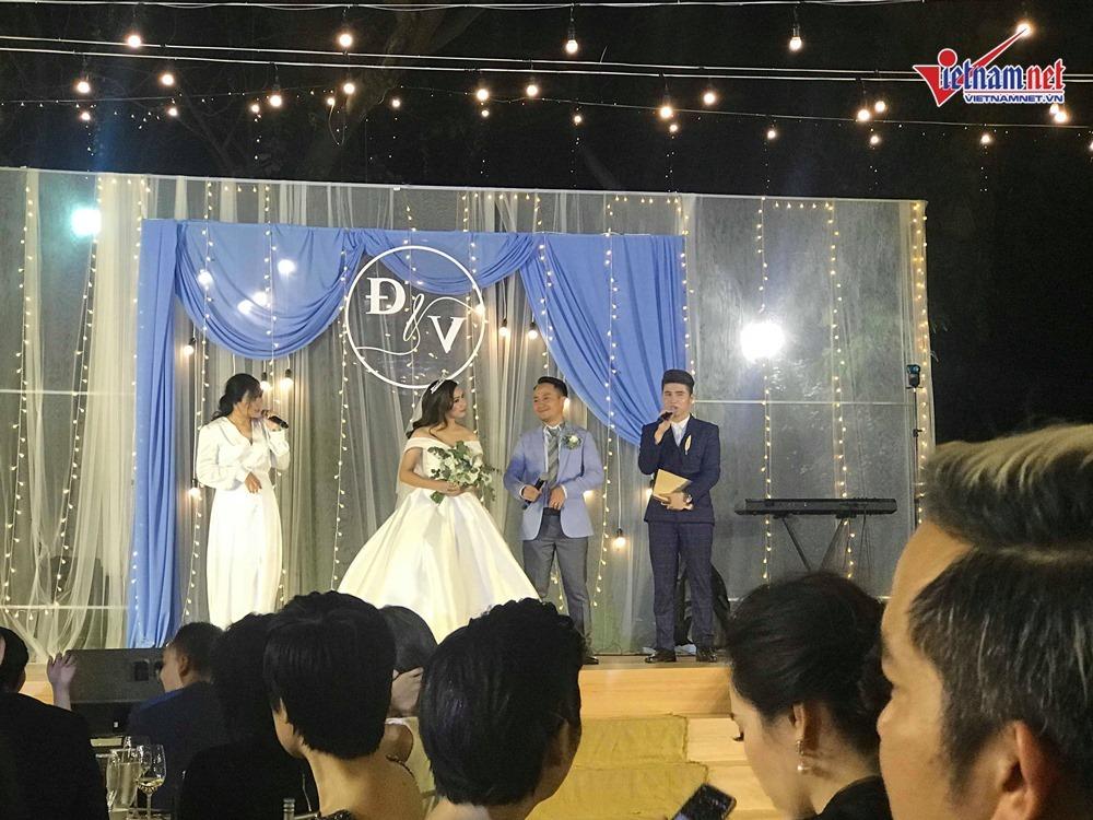 Đinh Tiến Đạt hát và khiêu vũ cùng vợ 9X trong đám cưới ngoài trời-5