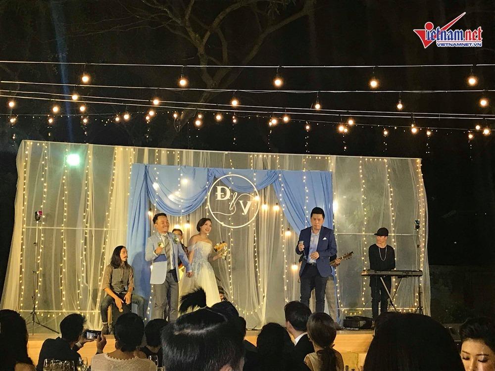 Đinh Tiến Đạt hát và khiêu vũ cùng vợ 9X trong đám cưới ngoài trời-6