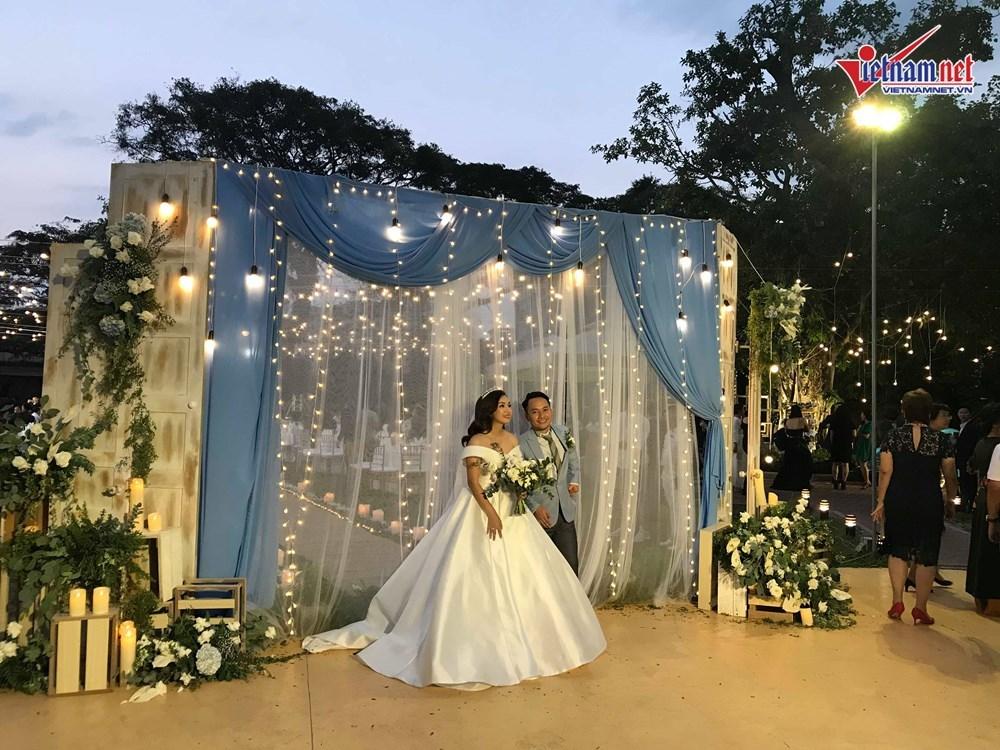 Đinh Tiến Đạt hát và khiêu vũ cùng vợ 9X trong đám cưới ngoài trời-1
