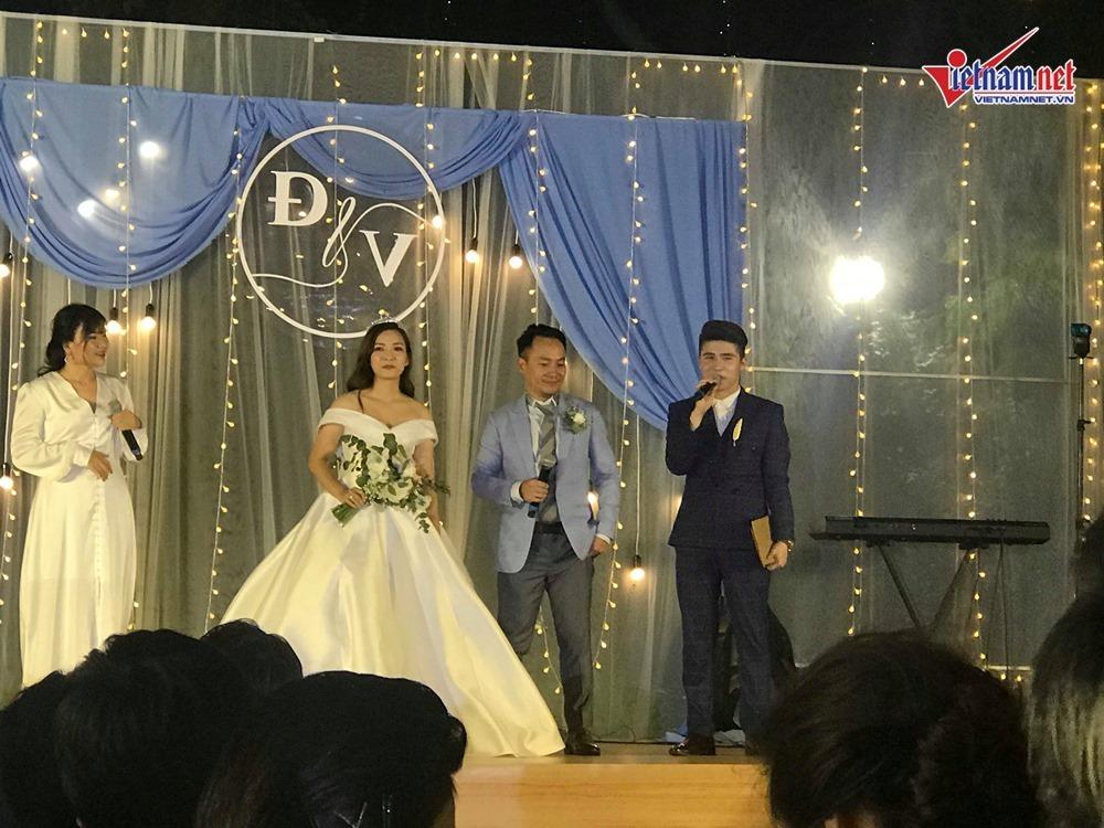 Đinh Tiến Đạt hát và khiêu vũ cùng vợ 9X trong đám cưới ngoài trời-4