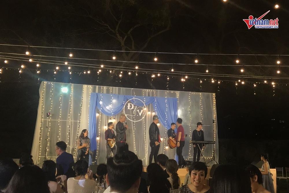 Đinh Tiến Đạt hát và khiêu vũ cùng vợ 9X trong đám cưới ngoài trời-9