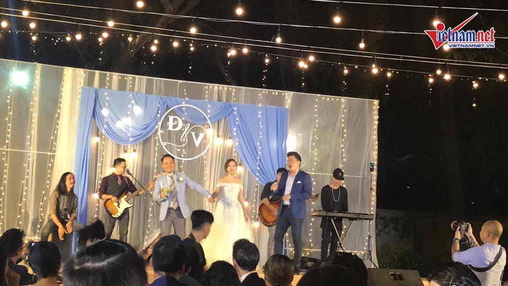Đinh Tiến Đạt hát và khiêu vũ cùng vợ 9X trong đám cưới ngoài trời-8