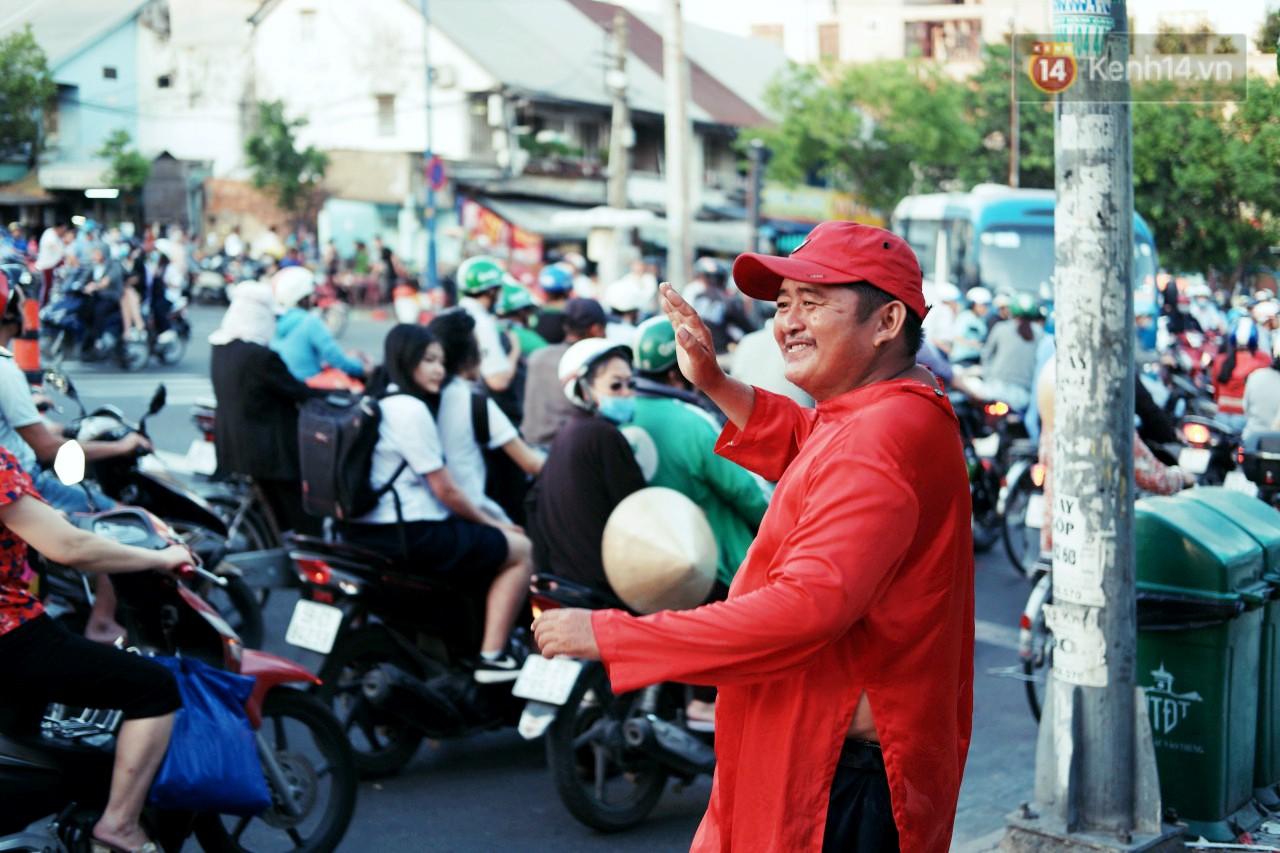 Phía sau đoạn clip người đàn ông mặc áo dài đỏ, nhảy múa trên hè phố Sài Gòn: Kiếm tiền cho con đi học, có gì phải xấu hổ-1