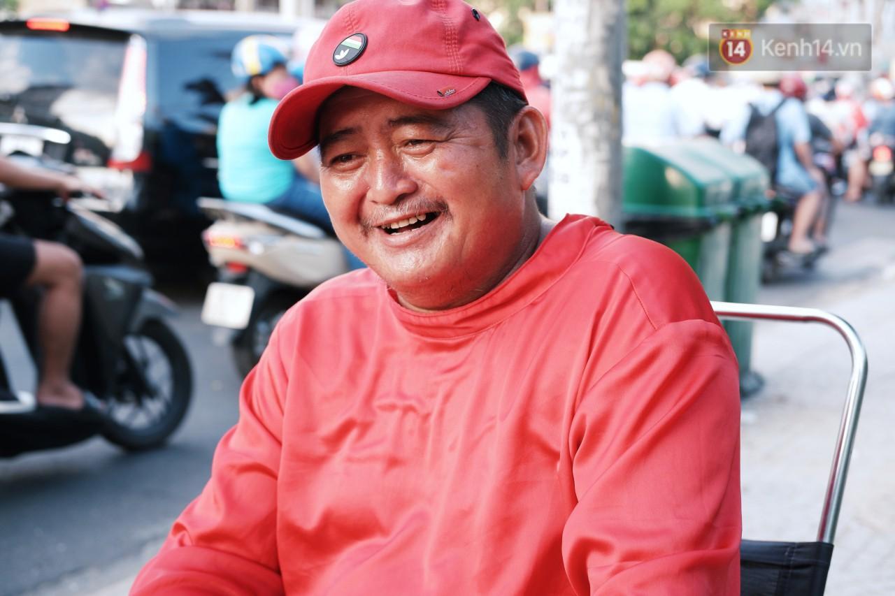Phía sau đoạn clip người đàn ông mặc áo dài đỏ, nhảy múa trên hè phố Sài Gòn: Kiếm tiền cho con đi học, có gì phải xấu hổ-2