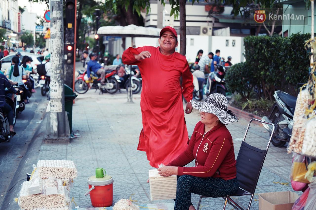 Phía sau đoạn clip người đàn ông mặc áo dài đỏ, nhảy múa trên hè phố Sài Gòn: Kiếm tiền cho con đi học, có gì phải xấu hổ-3