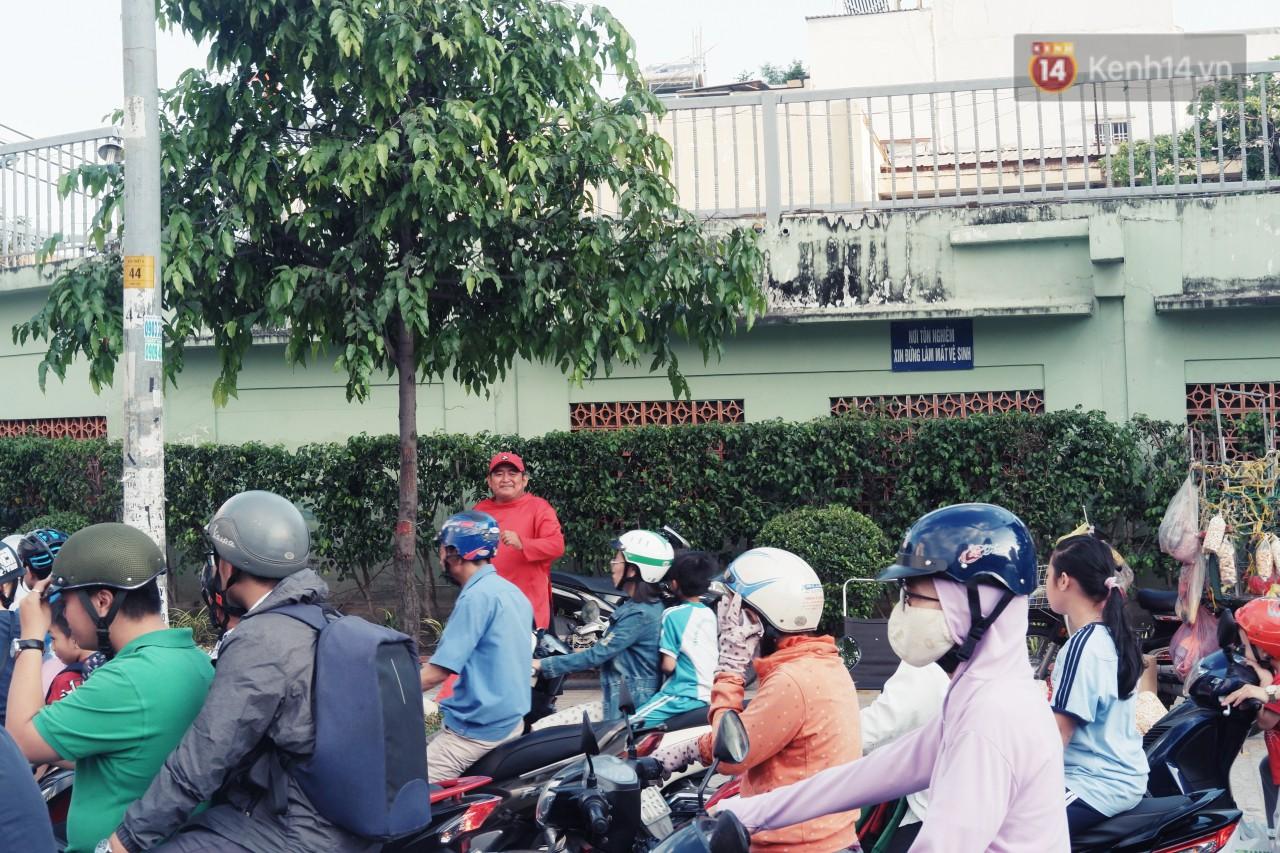 Phía sau đoạn clip người đàn ông mặc áo dài đỏ, nhảy múa trên hè phố Sài Gòn: Kiếm tiền cho con đi học, có gì phải xấu hổ-4