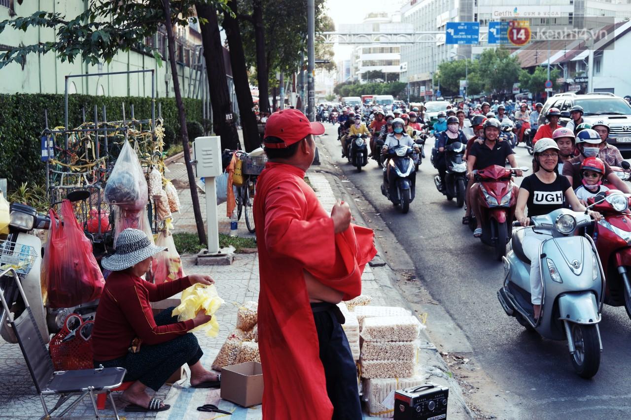Phía sau đoạn clip người đàn ông mặc áo dài đỏ, nhảy múa trên hè phố Sài Gòn: Kiếm tiền cho con đi học, có gì phải xấu hổ-5