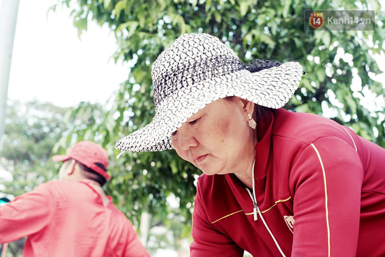 Phía sau đoạn clip người đàn ông mặc áo dài đỏ, nhảy múa trên hè phố Sài Gòn: Kiếm tiền cho con đi học, có gì phải xấu hổ-6