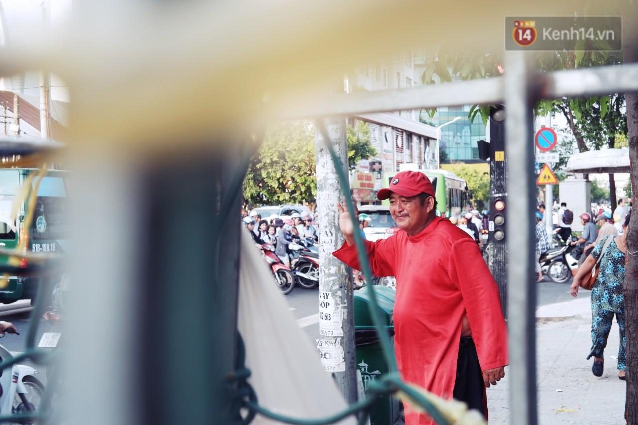 Phía sau đoạn clip người đàn ông mặc áo dài đỏ, nhảy múa trên hè phố Sài Gòn: Kiếm tiền cho con đi học, có gì phải xấu hổ-7