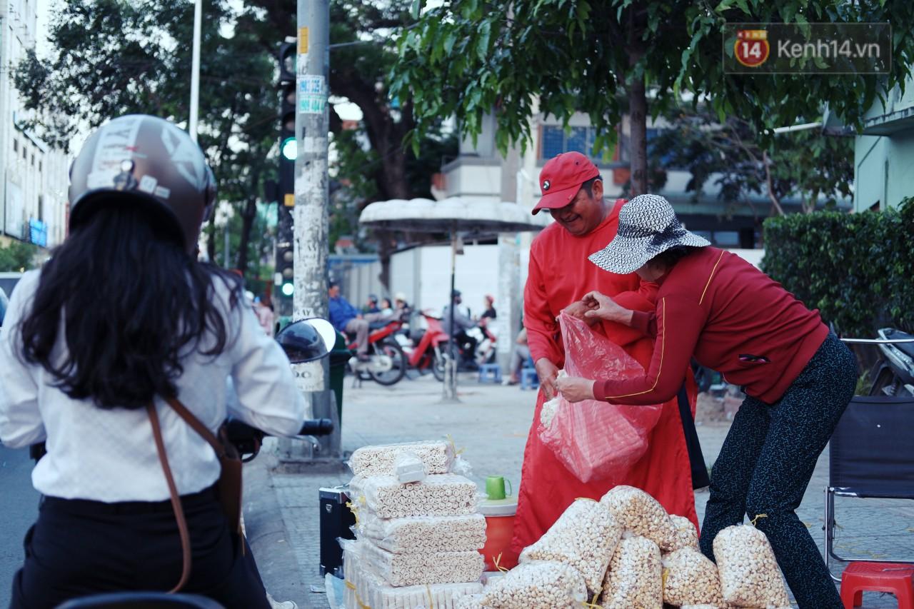 Phía sau đoạn clip người đàn ông mặc áo dài đỏ, nhảy múa trên hè phố Sài Gòn: Kiếm tiền cho con đi học, có gì phải xấu hổ-8
