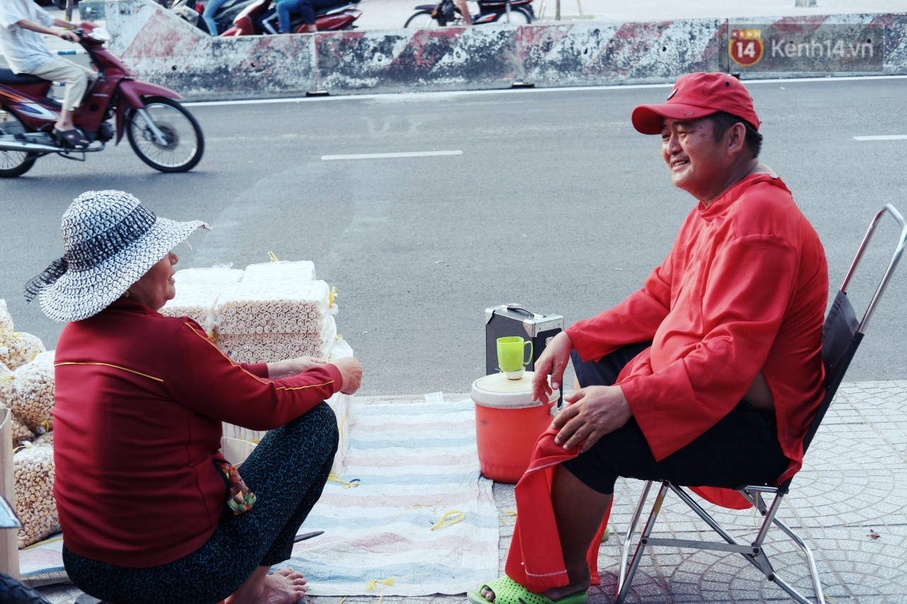 Phía sau đoạn clip người đàn ông mặc áo dài đỏ, nhảy múa trên hè phố Sài Gòn: Kiếm tiền cho con đi học, có gì phải xấu hổ-9
