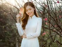 Nữ sinh Đại học Kinh tế Quốc dân đẹp rực rỡ bên hoa đào