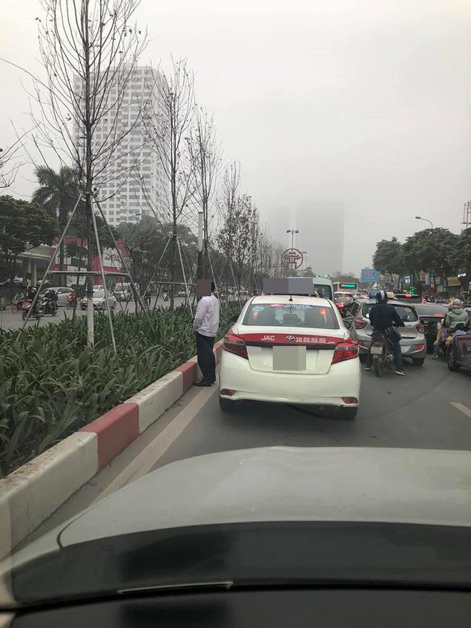 Sáng thứ hai, hình ảnh diễn ra trên đường phố Hà Nội khiến tất cả nóng mắt-1