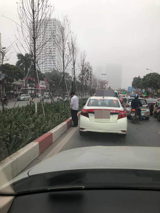 Sáng thứ hai, hình ảnh diễn ra trên đường phố Hà Nội khiến tất cả nóng mắt-2