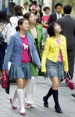 Dân mạng lục lại một thời đen tối của thời trang Hàn Quốc: Bi Rain mặc áo xẻ ngực sâu hơn cả chị em-1