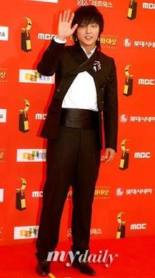 Dân mạng lục lại một thời đen tối của thời trang Hàn Quốc: Bi Rain mặc áo xẻ ngực sâu hơn cả chị em-2