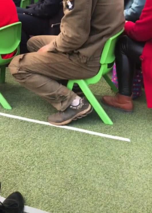 Hình ảnh người cha nghèo mang giày rách, quần áo dính đầy bụi bẩn đi họp phụ huynh cho con gây xúc động mạnh-3