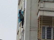 Cảnh sát giải cứu cô gái đu mình bên cửa sổ tầng 4 chung cư