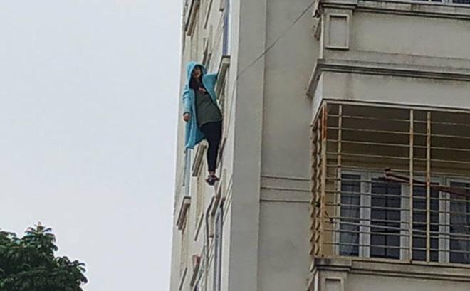Cảnh sát giải cứu cô gái đu mình bên cửa sổ tầng 4 chung cư-1