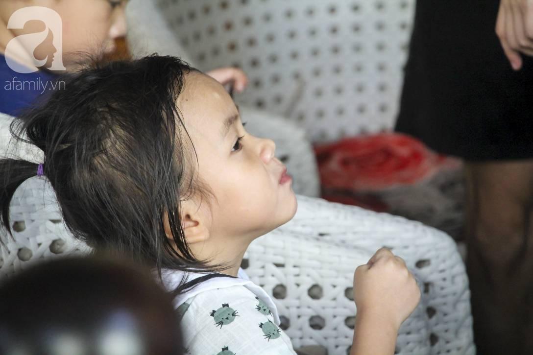 Hình ảnh mới nhất của Pàng - Em bé Mường Lát bố mẹ mất sớm, không có quần áo ngồi bệt giữa trời giá rét-11