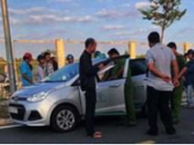 Tài xế taxi bị 1 trong 2 nam hành khách dùng dao cứa cổ khi dừng xe theo yêu cầu