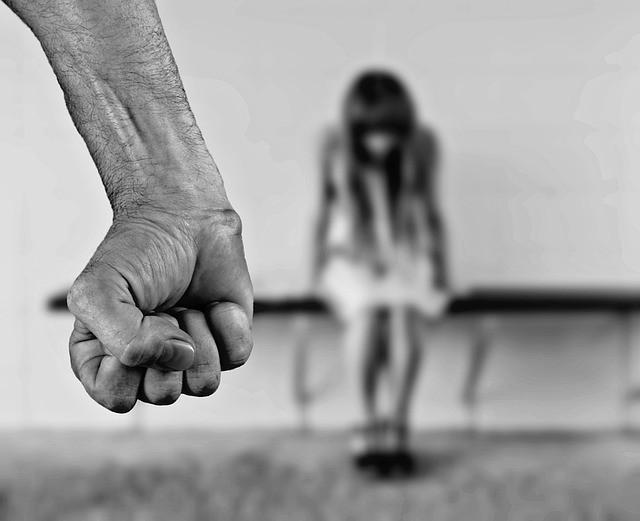 Bố cưỡng bức con gái ruột ngay sau đám cưới vì nhầm là vợ mới cưới-1