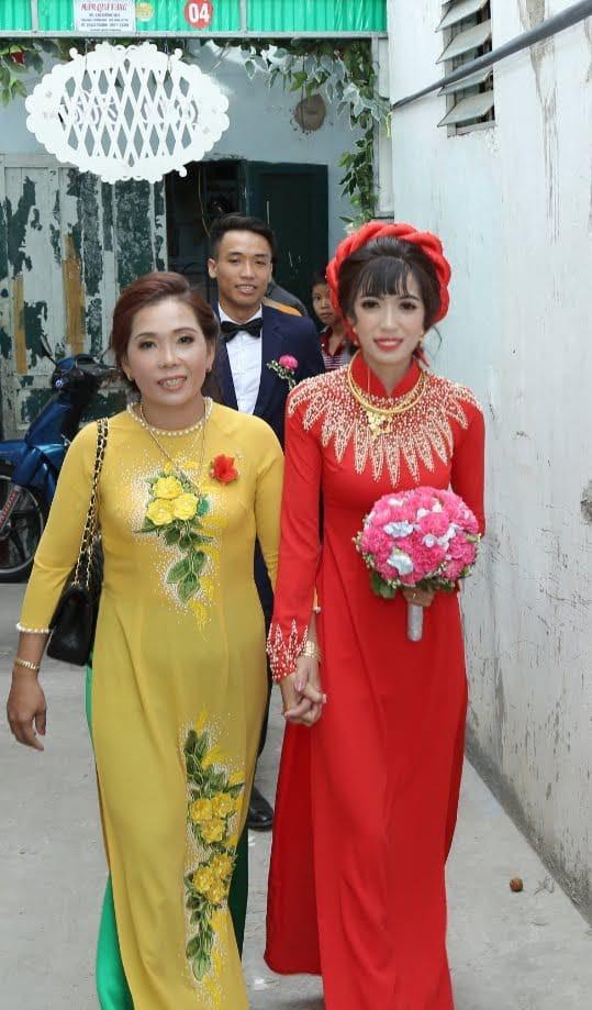 Mọi người ra mà xem: Mẹ chồng quyến rũ nàng dâu làm bạn, bắt giữ 2 cây vàng hồi môn; dụ hát karaoke, nhảy đầm...-1