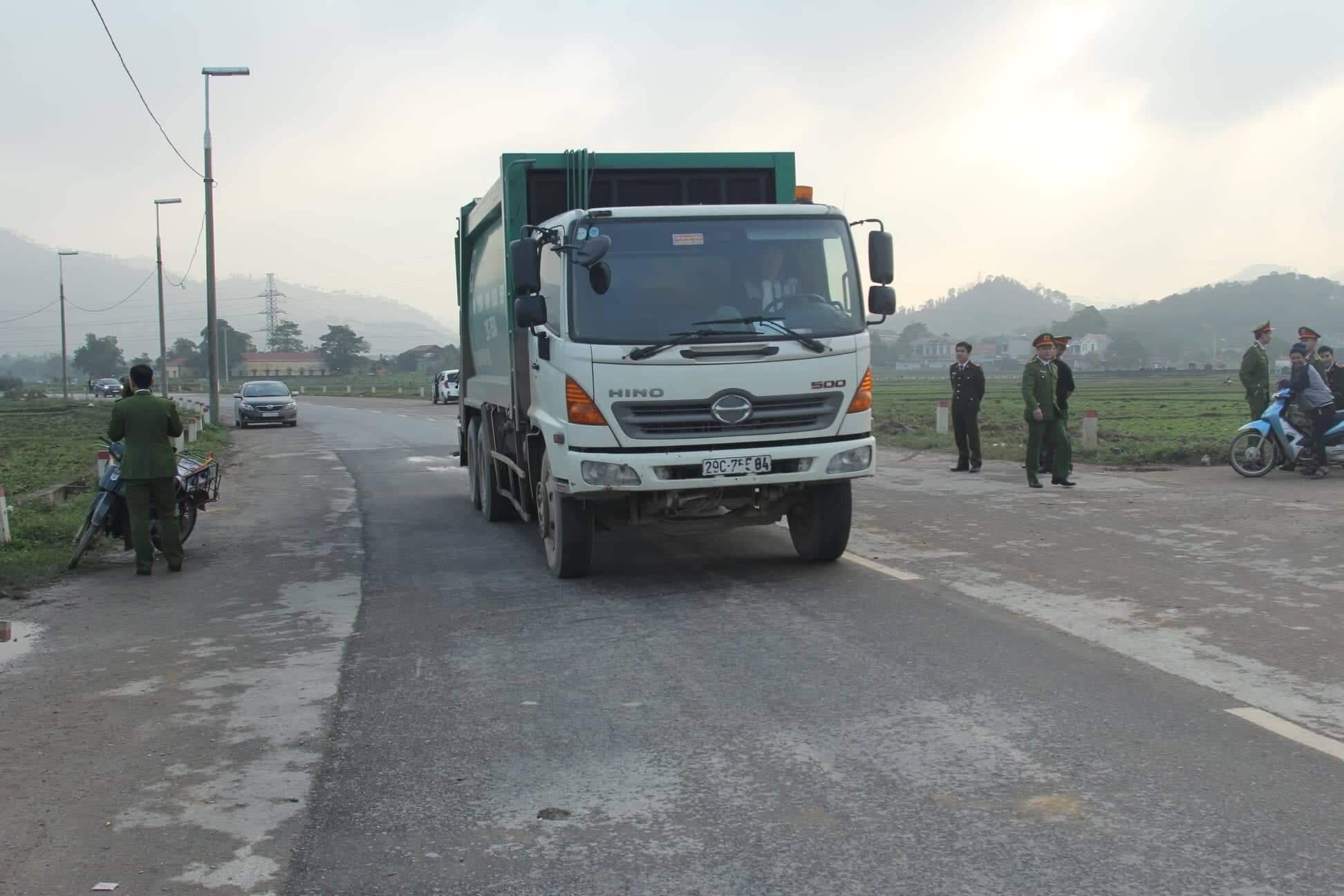 Cuộc sống cạnh bãi rác lớn nhất Hà Nội: Trong xóm có đám cưới chỉ đến uống chén rượu, không dám ăn-4
