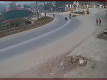 Clip: Hàng loạt xe máy gặp nạn tại khúc cua tử thần ở Yên Bái