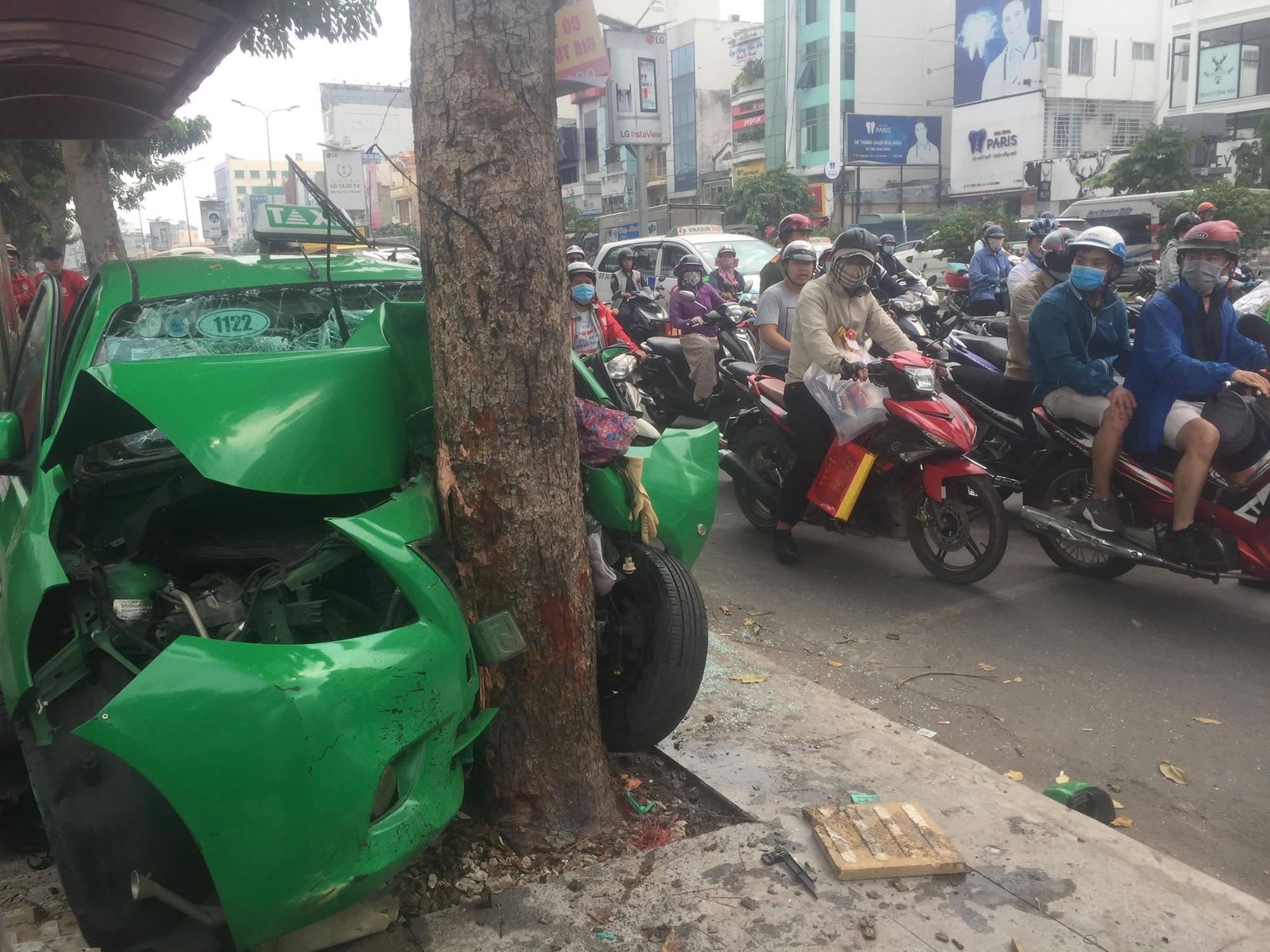 Sau va chạm trên đường, xe taxi tông mạnh vào gốc cây xanh ở Sài Gòn khiến 2 người nhập viện cấp cứu-1
