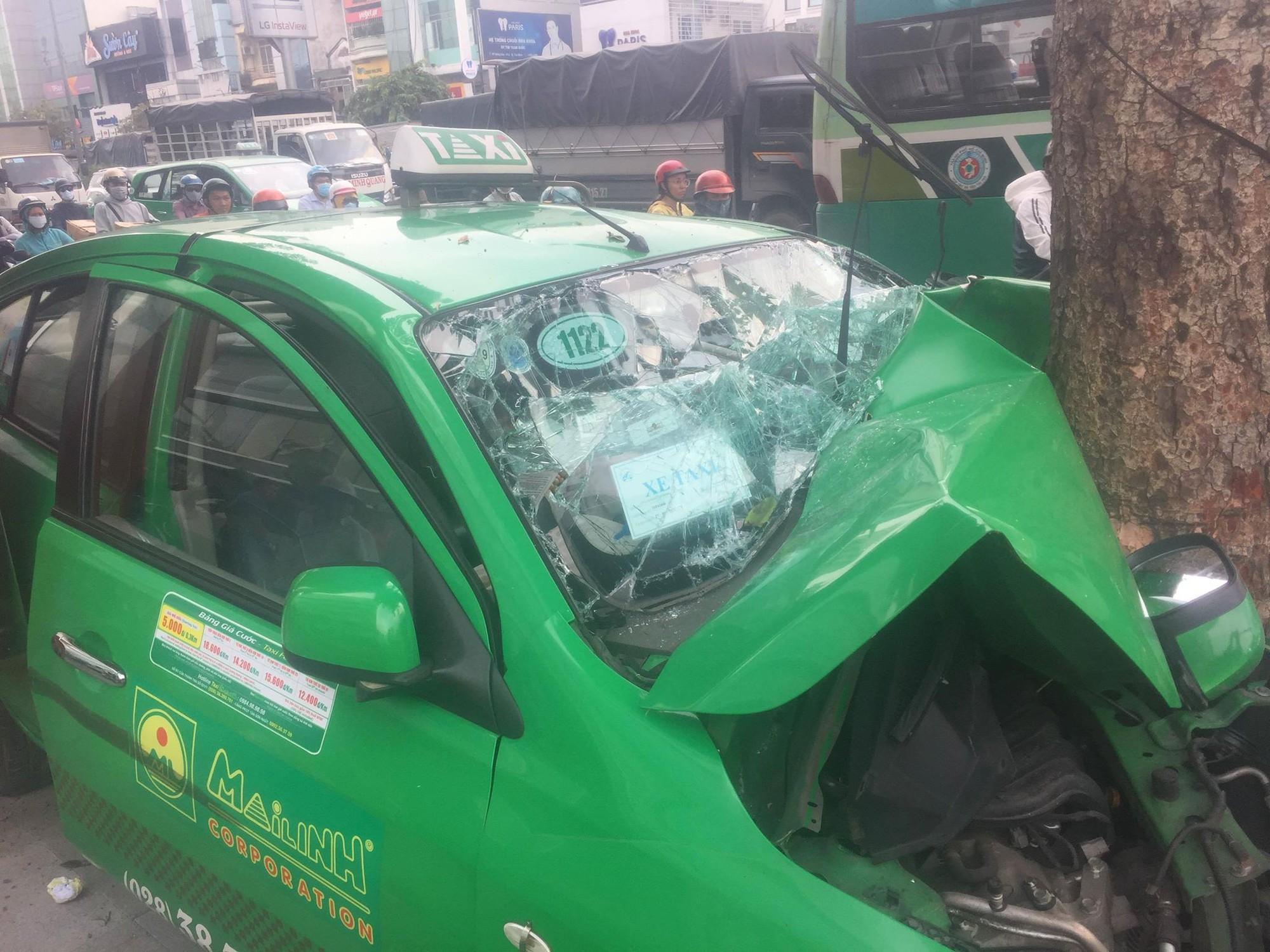 Sau va chạm trên đường, xe taxi tông mạnh vào gốc cây xanh ở Sài Gòn khiến 2 người nhập viện cấp cứu-2